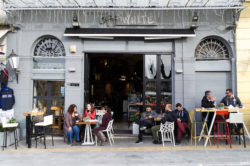 Menschen vor einem Café in Athen