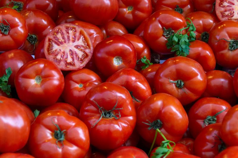 Rote Tomaten auf dem Markt von Athen