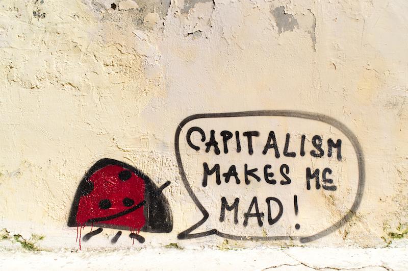 Streetart in Athen mit der Aufschrift Capitalism Makes Me Mad