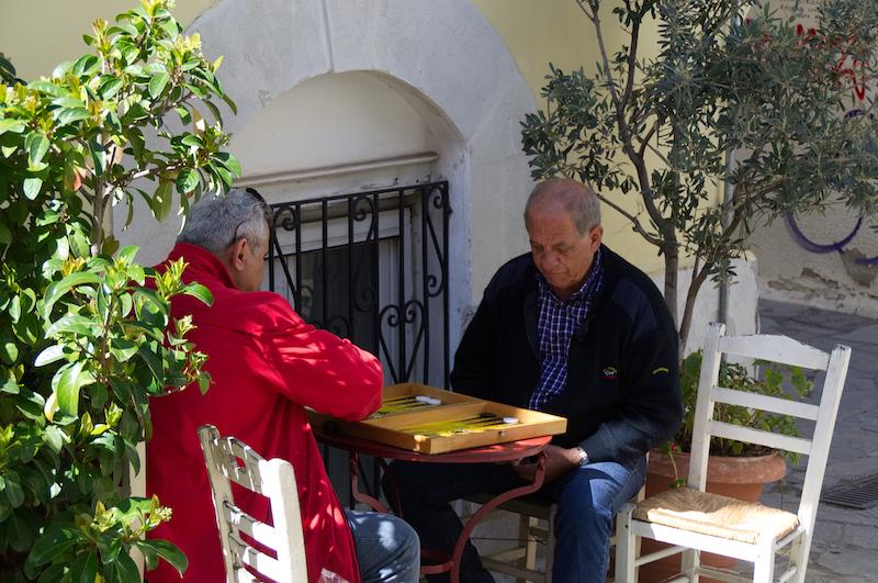 Zwei Männer spielen Tavli in den Gassen von Athen