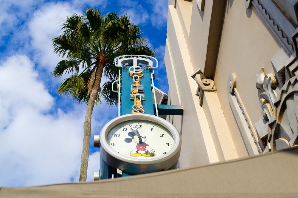 Eine Micky Maus Uhr auf dem Hollywood Boulevard in Disney's Hollywood Studios