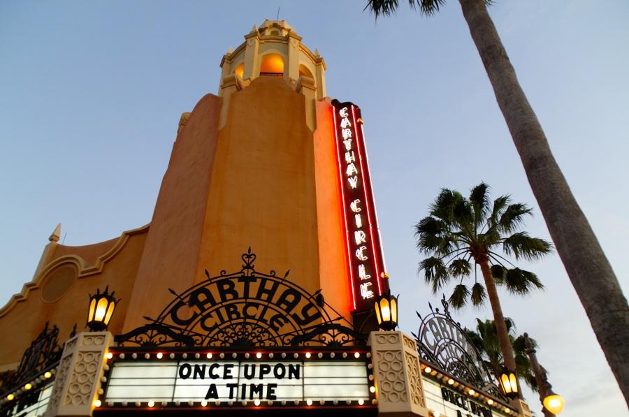 Carthay Circle Gebäude in Disney's Hollywood Studios im Abendlicht