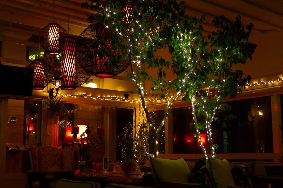 Ein hell-erleuchtetes Café am Hafen von Ägina