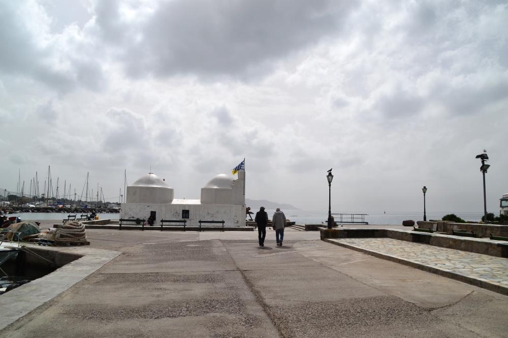 Eine weiße Kapelle an der Hafeneinfahrt von Ägina