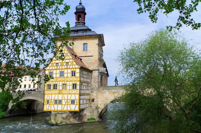 Das alte Rathaus von Bamberg mit den zwei kleinen Brücken links und rechts über die Regnitz