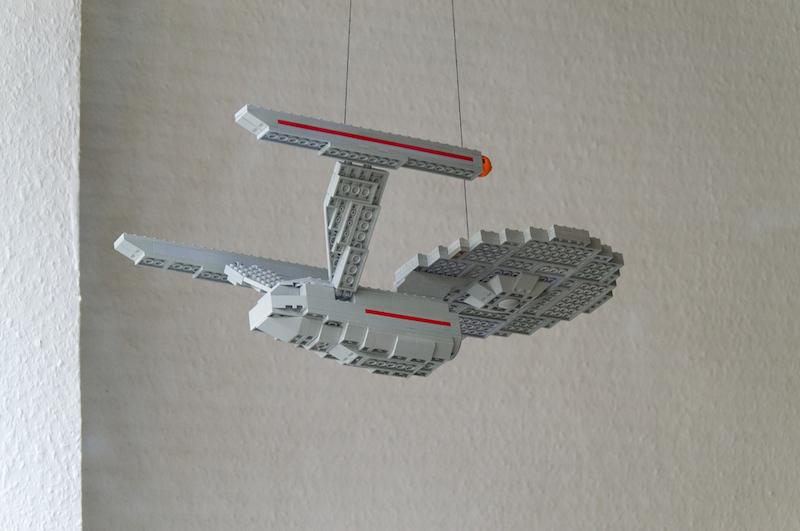 Eine Lego-Enterprise in einem Schaufenster in Bamberg