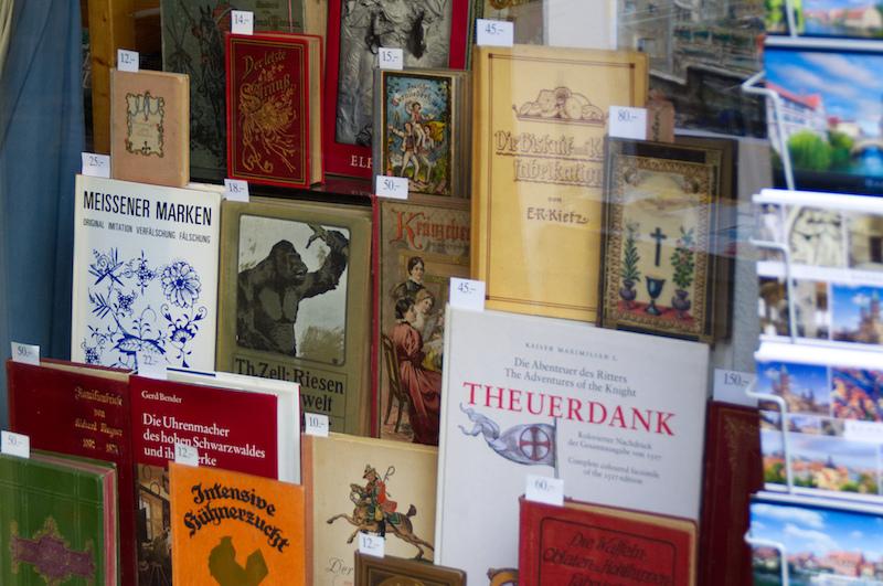 Auslagen in einem Bamberger Buch-Antiquariat