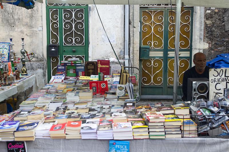 Bücherhändler in Sizilien mit einer Ausgabe von Mein Kampf