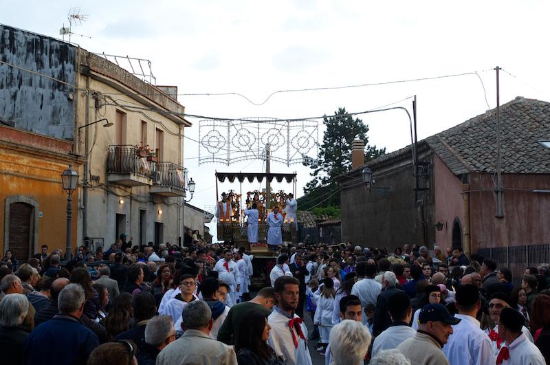 Hunderte Menschen sind zur Marienprozession in Trecastagni zusammengekommen