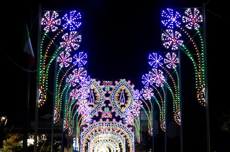 Platz mit bunten Lichterbögen in Trecastagni
