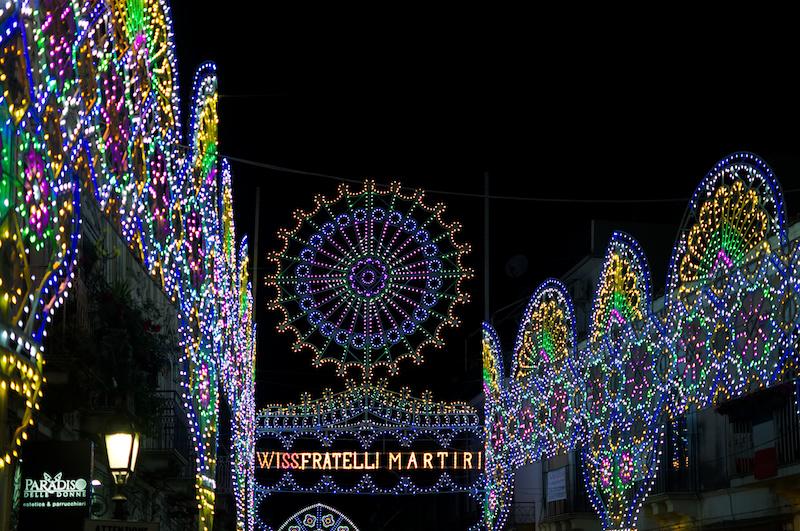 Viele bunte Lichter zum Fest in Sizilien