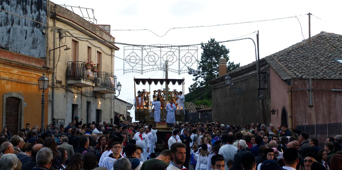 Marienprozession in den Gassen von Sizilien