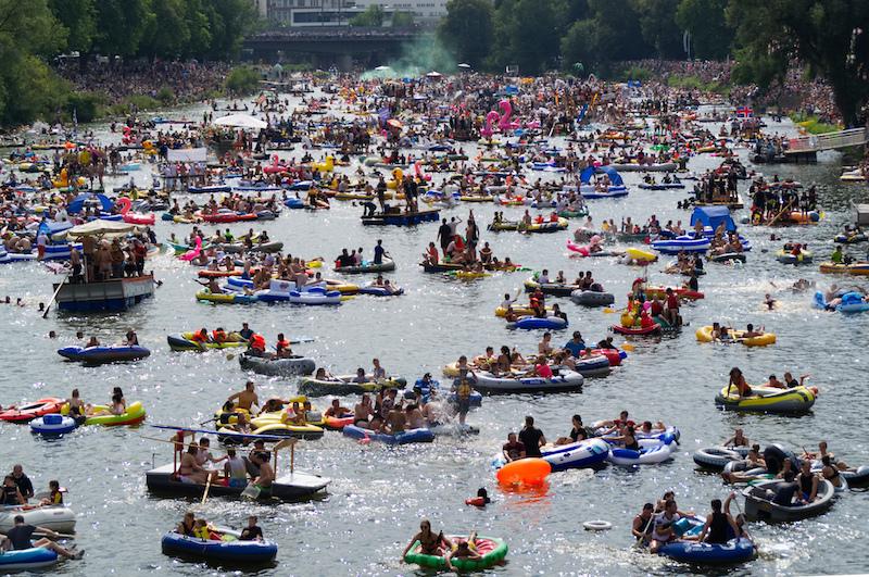 Menschenmassen auf der Donau in Ulm beim Nabada am Schwörmontag