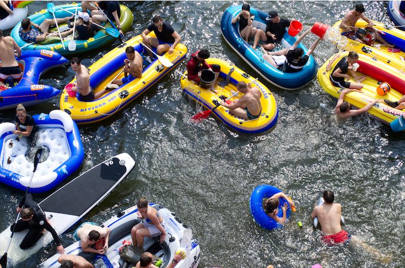 Gummiboote, Schwimmer und Luftmatratzen auf der Donau beim Nabada