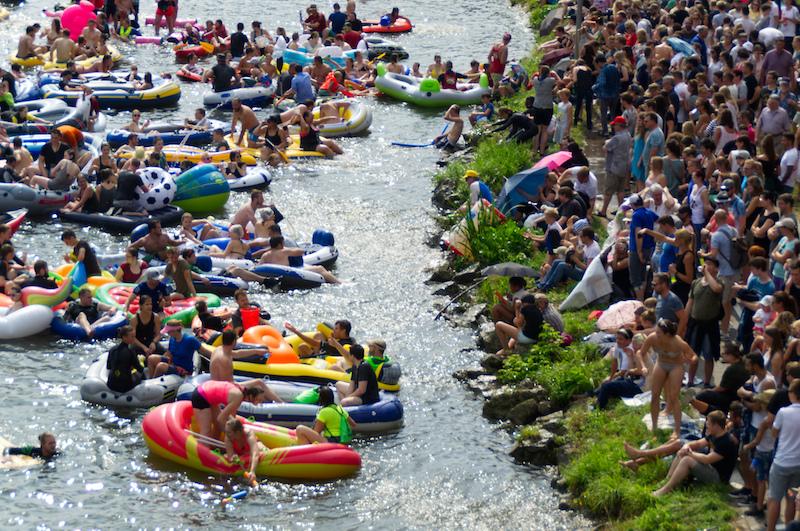 Boote kontra Zuschauer beim Nabada in Ulm