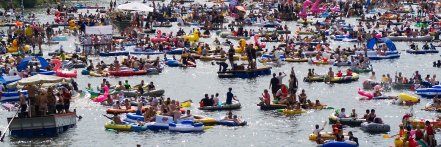 Tausende von Booten auf der Donau beim Nabada in Ulm