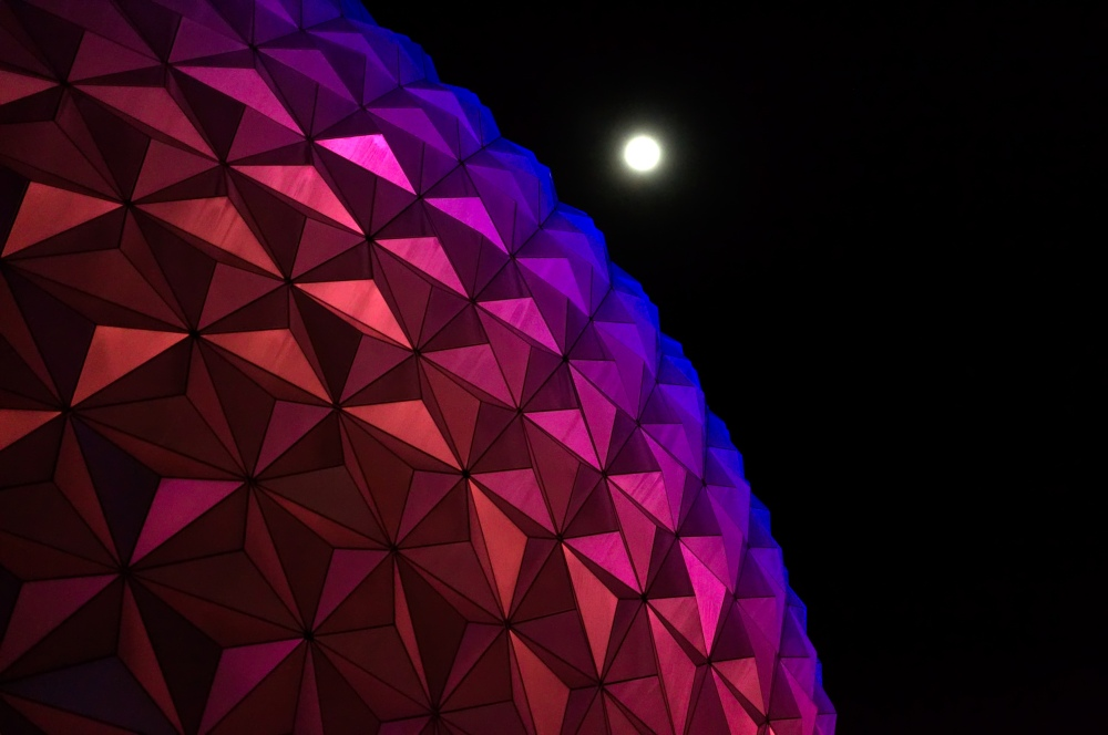 Der Mond über Spaceship Earth in Epcot