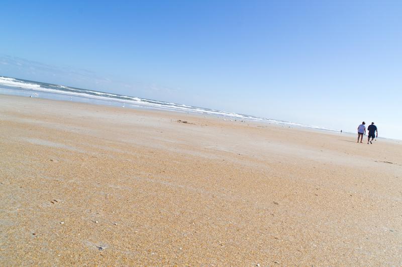 Zwei Spaziergänger am Strand von St. Augustine