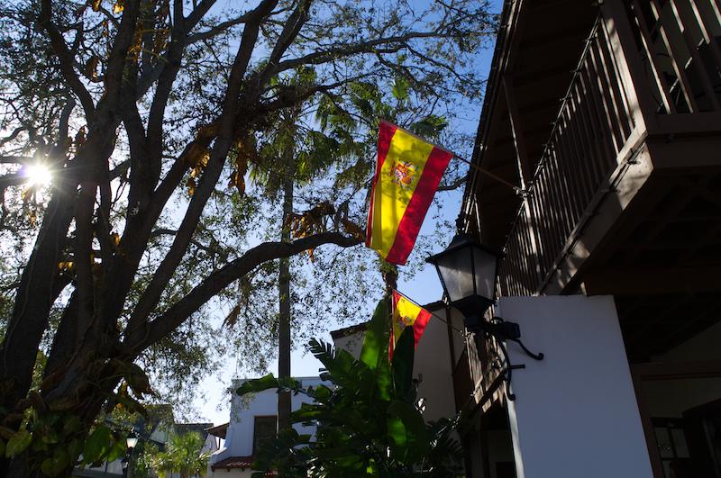 Spanische Fahnen hängen an einem Haus in St. Augustine