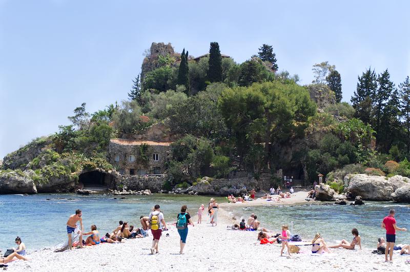 Die Isola Bella mit schmalen Strandstreifen unterhalb von Taormina