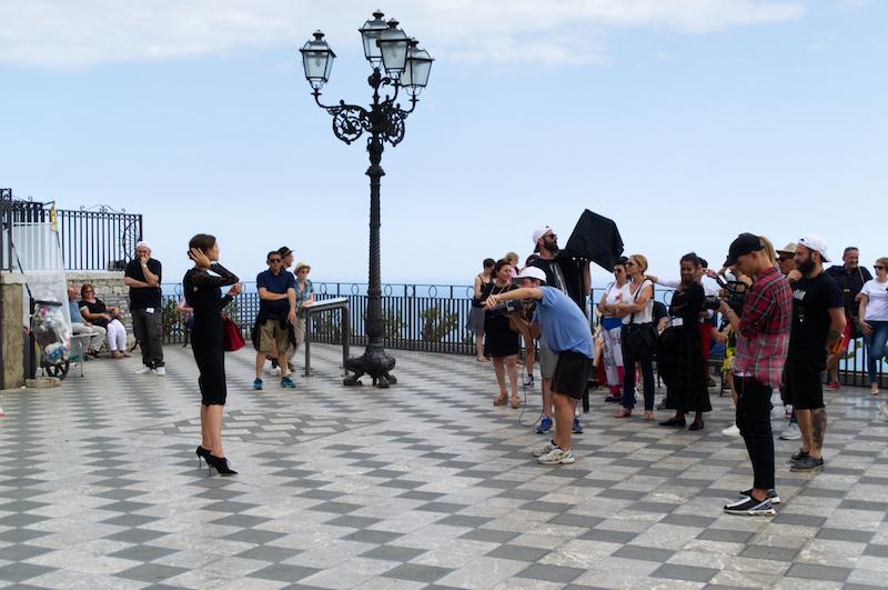 Fotoshooting mit junger Schönheit auf dem Hauptplatz von Taormina