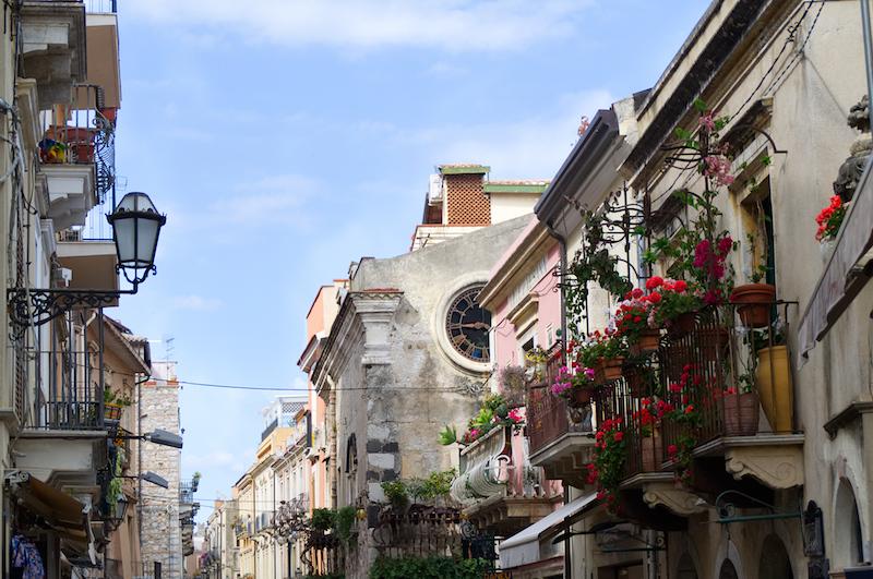 Hauptstraße mit hübschen Balkons in Taormina