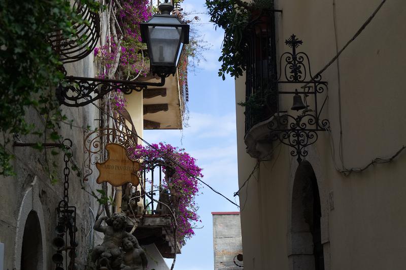 Blumenbewachsene Gasse in Taormina