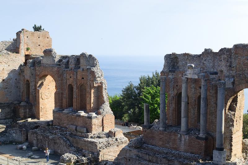 Das Griechisch-Römische Theater in Taormina mit Blick auf das Meer