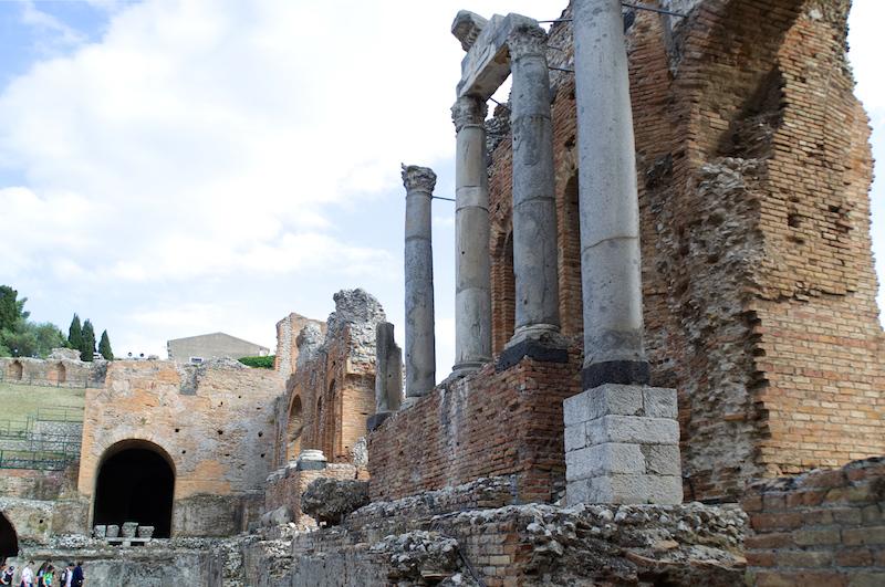 Die Ruinen des wunderschönen Theaters in Taormina