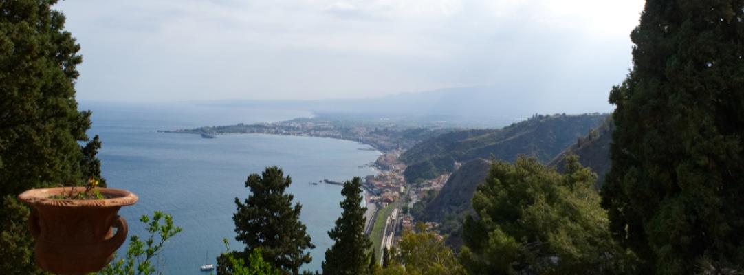 Ausschnitt des Blicks von Taormina über die Bucht Richtung Ätna