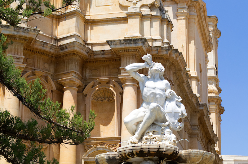 Statue vor einer Kirche in Noto