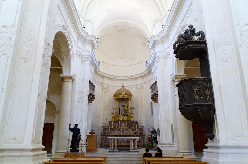 Das weiße Innere einer Barockkirche in Noto
