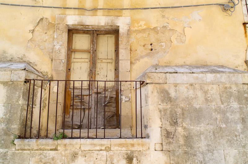 Verfallener Balkon in Noto