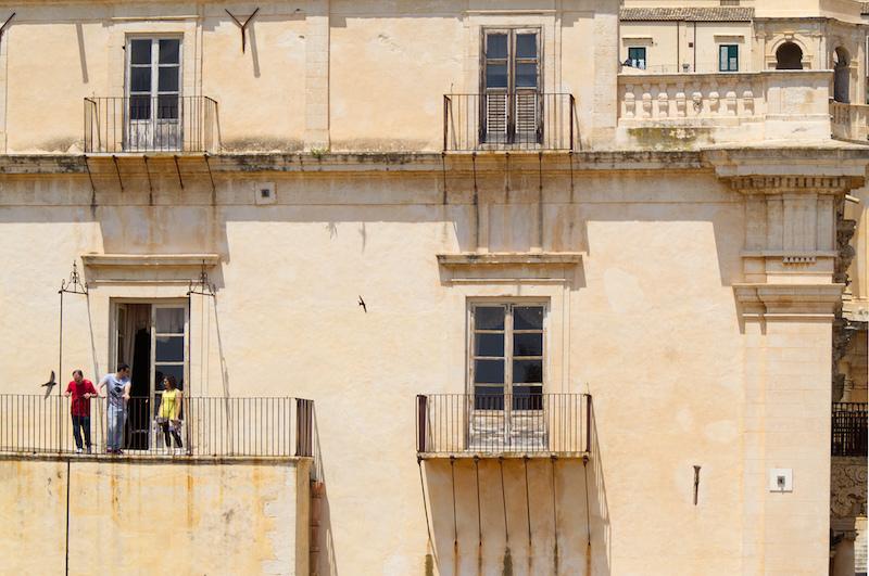 Junge Leute auf einem Balkon in Noto