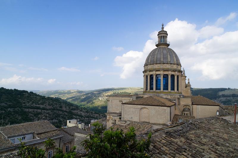 Die Kathedrale von Ragusa mit Blick ins Tal