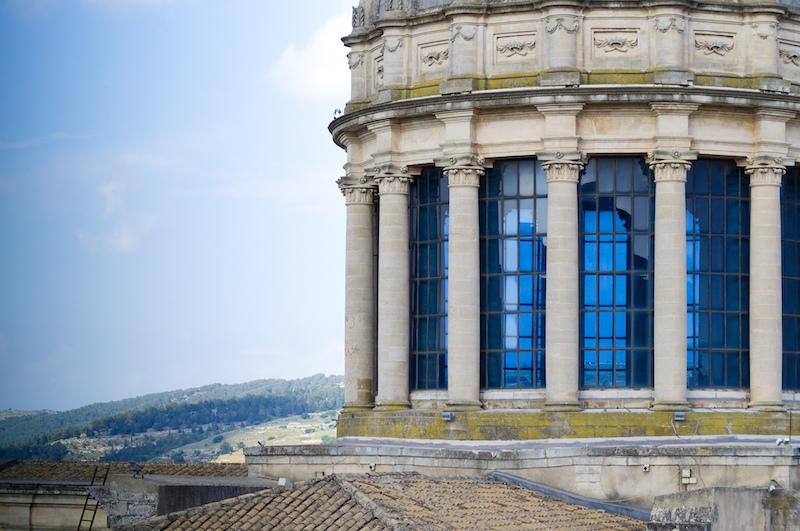 Blaue Fenster der Kathedrale von Ragusa