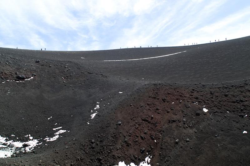 Kleine Wanderer auf dem Kraterrand des Ätna