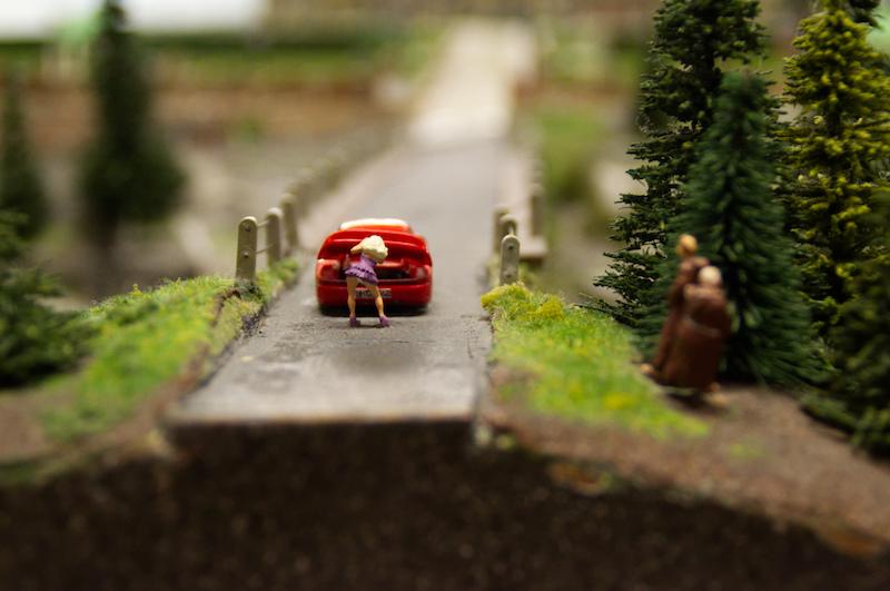 Eine junge Frau am Auto und zwei geile Mönche im Miniaturwunderland