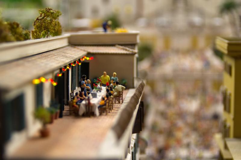 Familienessen auf einer römischen Dachterrasse im Miniaturwunderland