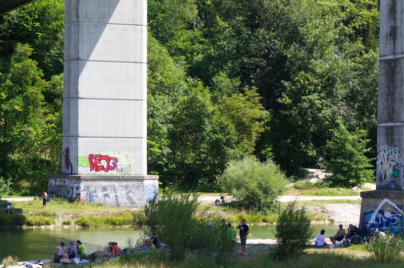 Menschen unter der Großhesseloher Brücke