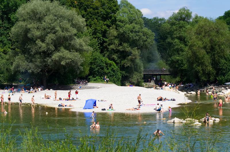 Münchner baden in der Isar