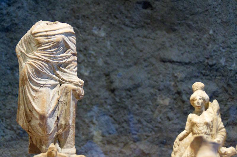 Griechische Statuetten im Museum von Adrano