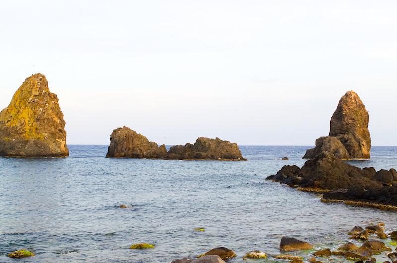 Die Zyklopen-Felsen vor Sizilien