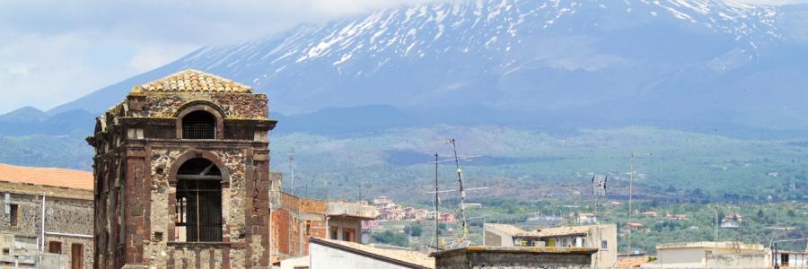 Blick über die Dächer von Adrano auf den Ätna
