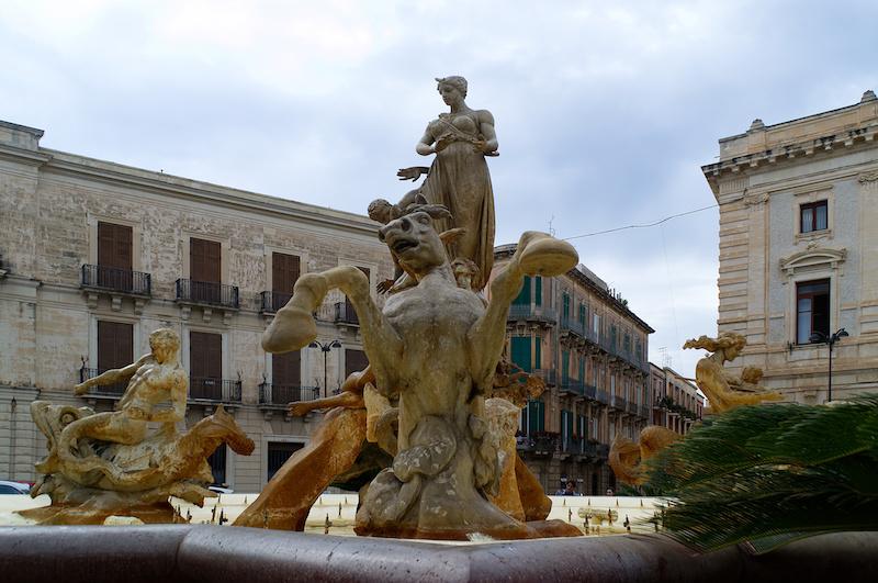 Brunnen mit Pferdeskulpturen in Syrakus