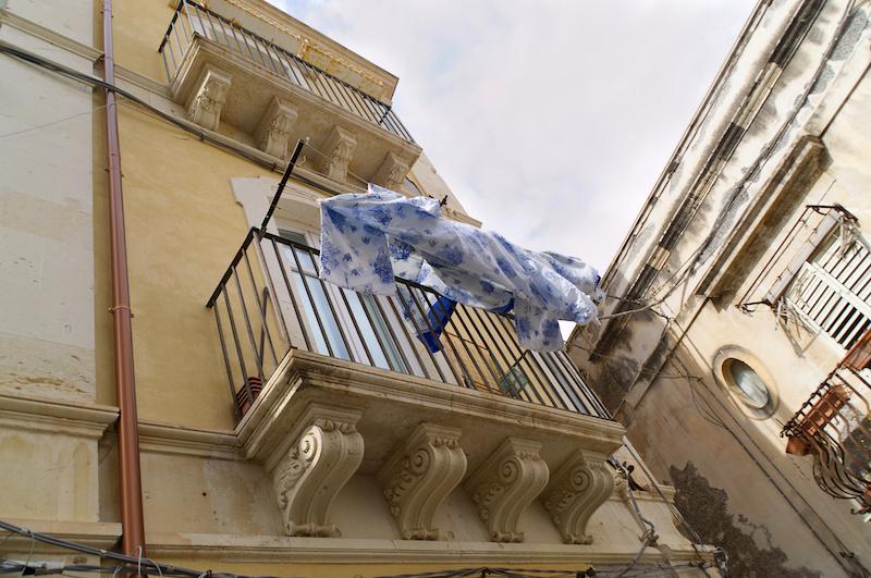 Blaue Wäsche zum Trocknen in Syrakus