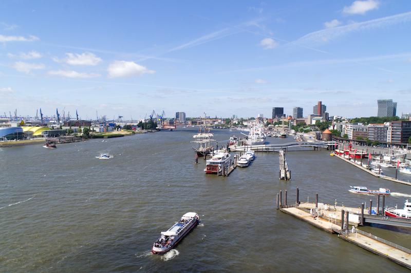 Blick von der Elbphilharmonie auf den Hafen in Hamburg