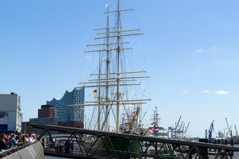 Elbphilharmonie und Segelschiff