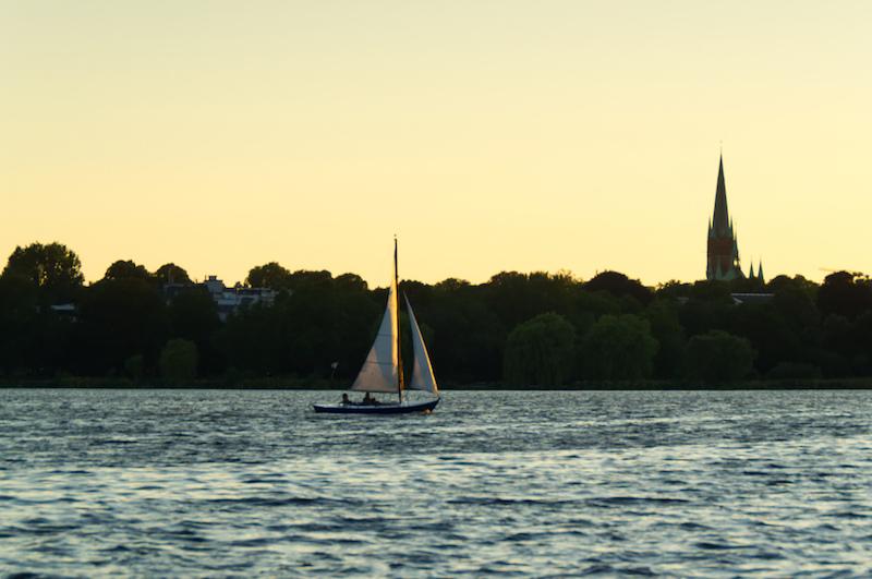 Ein Segelboot auf der Alster