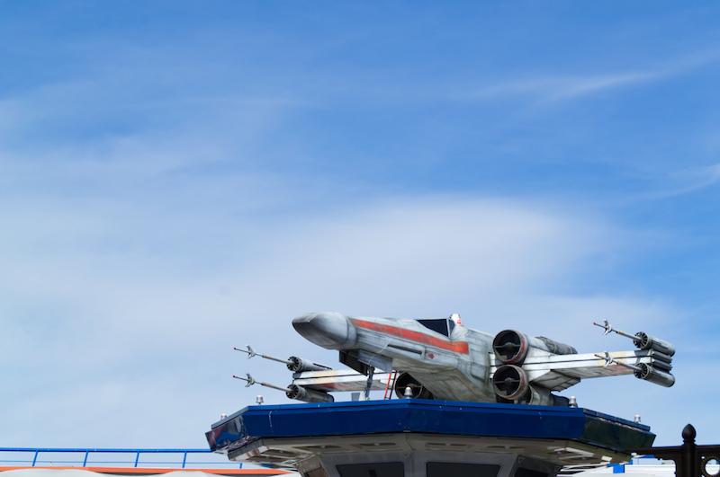 Ein X-Wing auf dem Dach von Star Tours